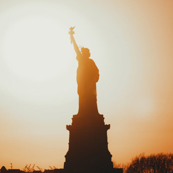 New York City - Blick auf die Freiheitsstatue (Statue of Liberty) von der Staten Island Ferry im Sonnenuntergang