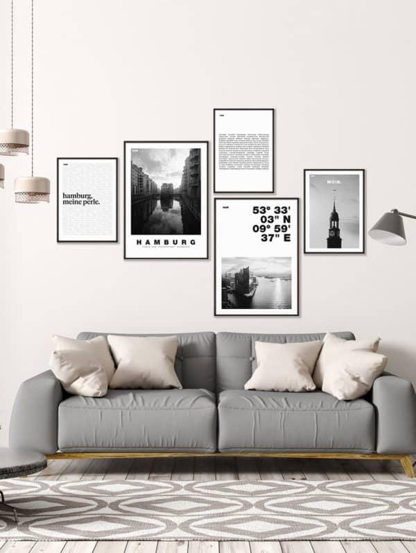 """Hamburg Poster Set """"Schwarz-Weiß"""" an einer Wohnzimmerwand im Rahmen"""